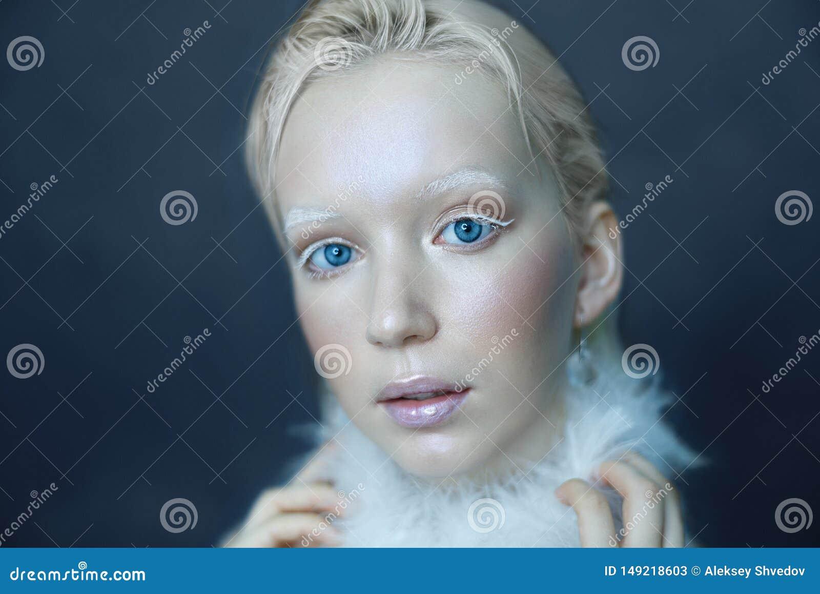 一美女的画象霜的在他的在蓝色冰背景的面孔