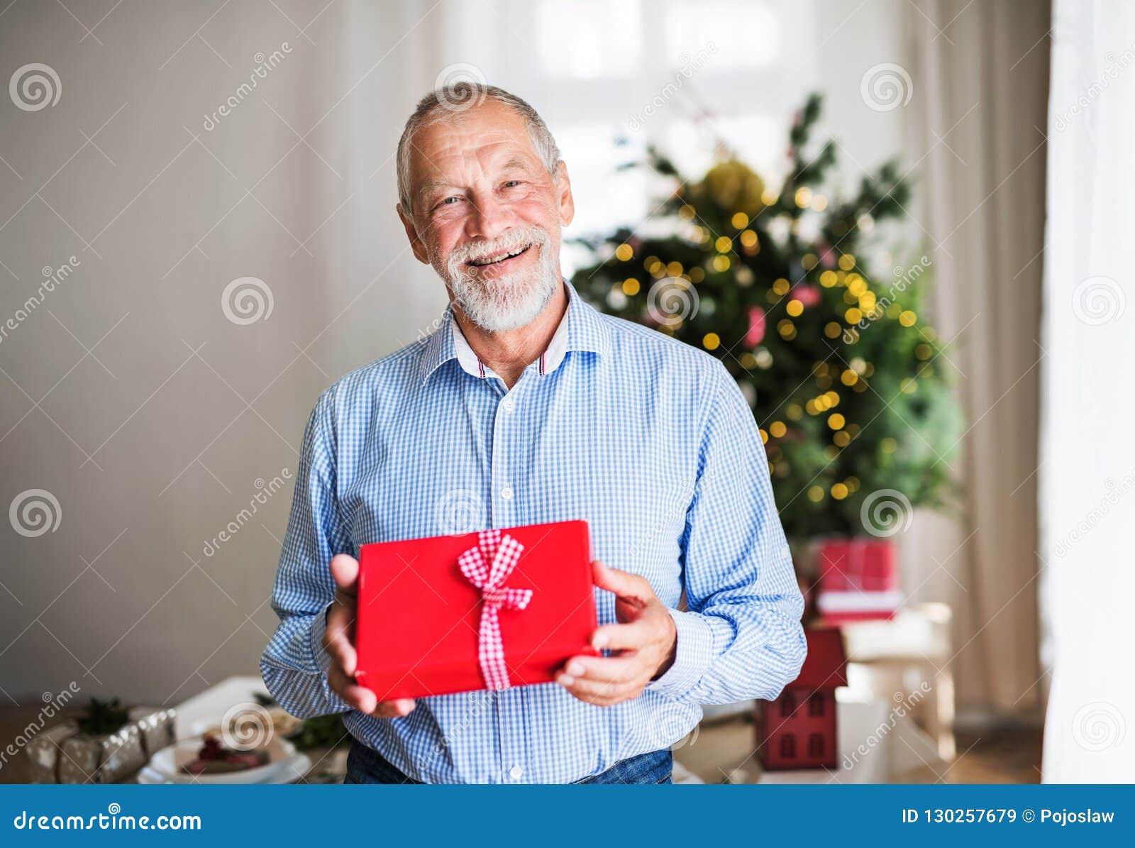 一老人举行包裹了当前在圣诞节打过工