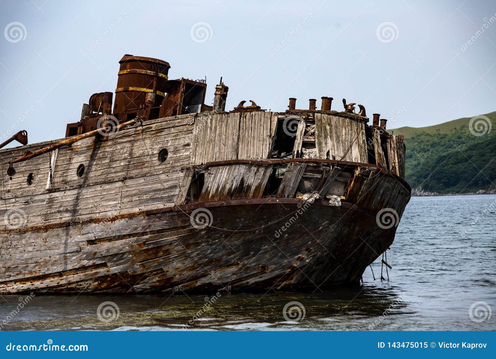 一艘凹下去的船的遗骸在日本海