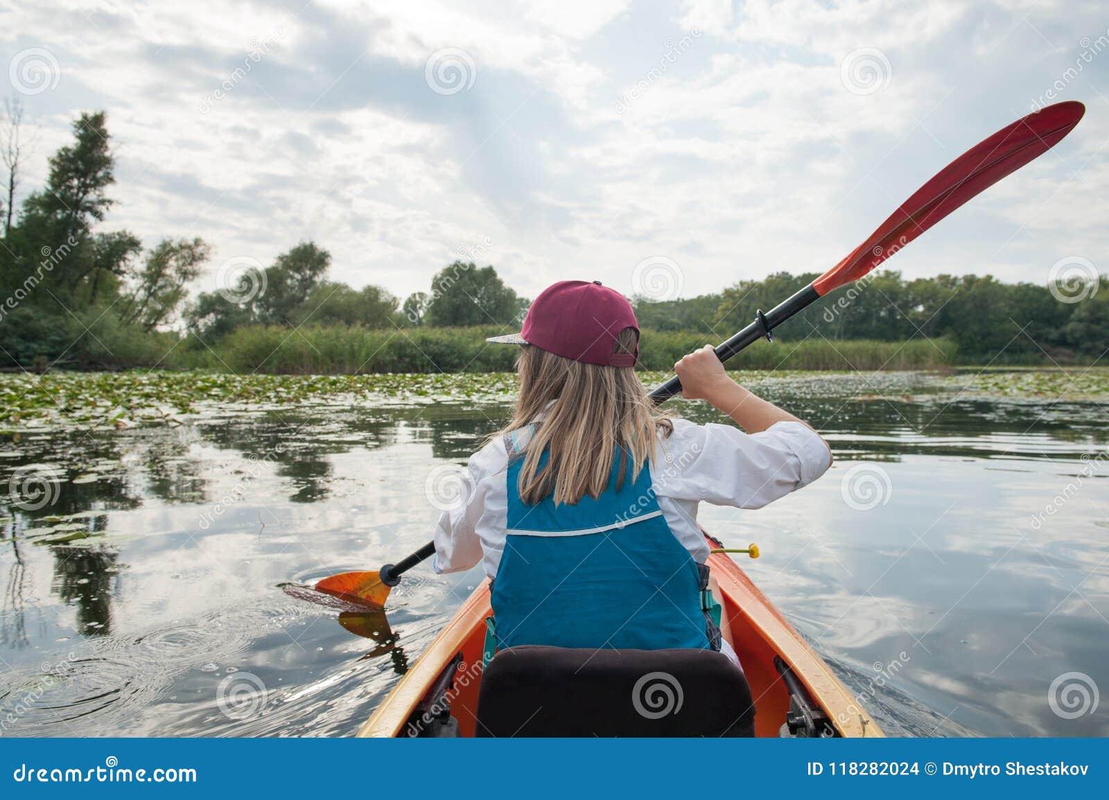 一艘皮船的女孩在河