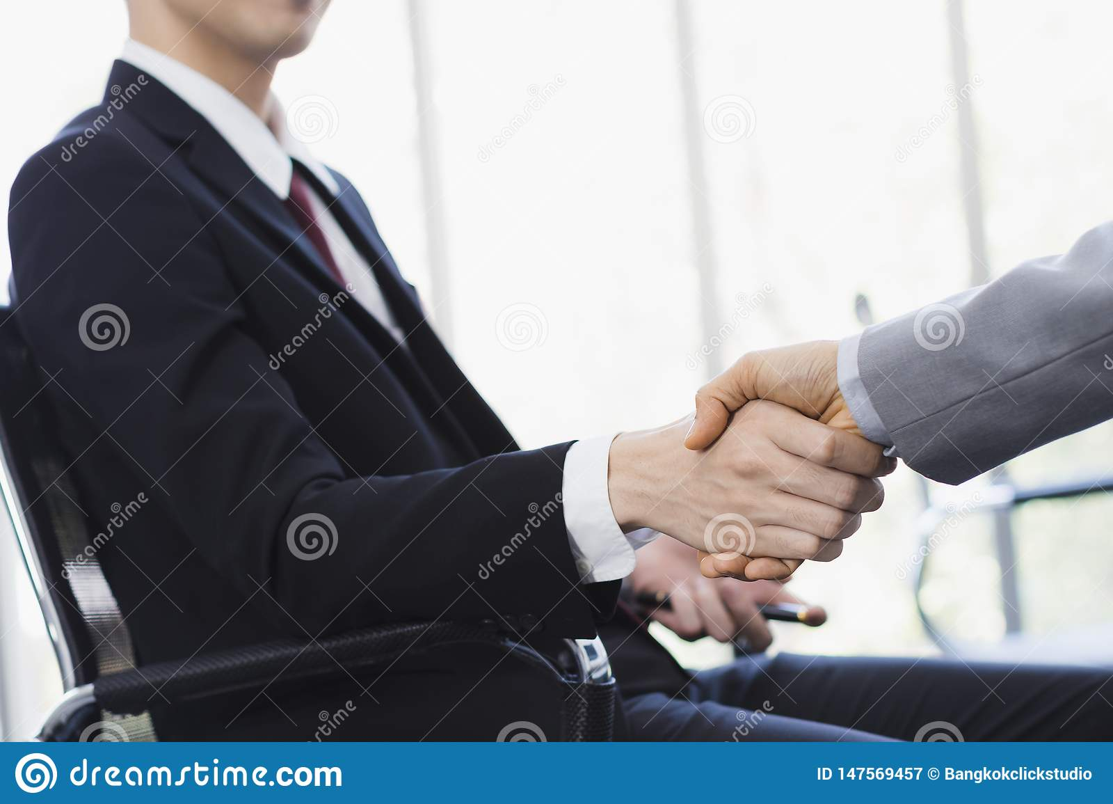 一起亚洲商人握手在办公室