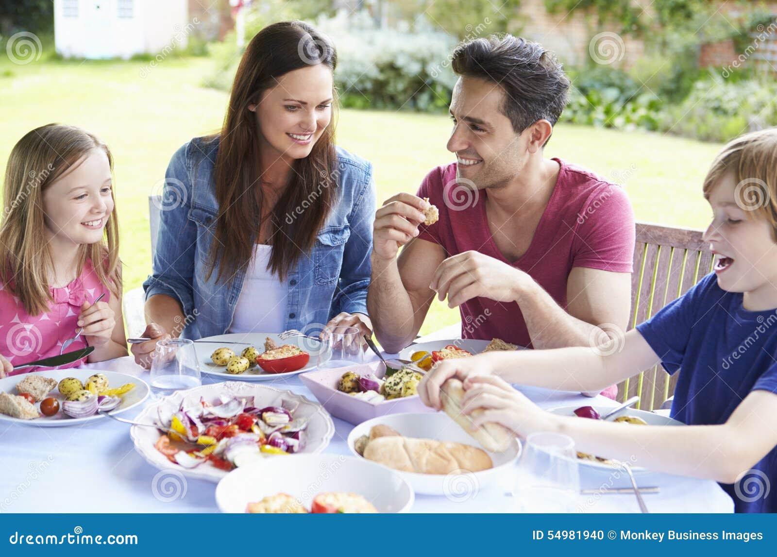 一起享受室外膳食的家庭