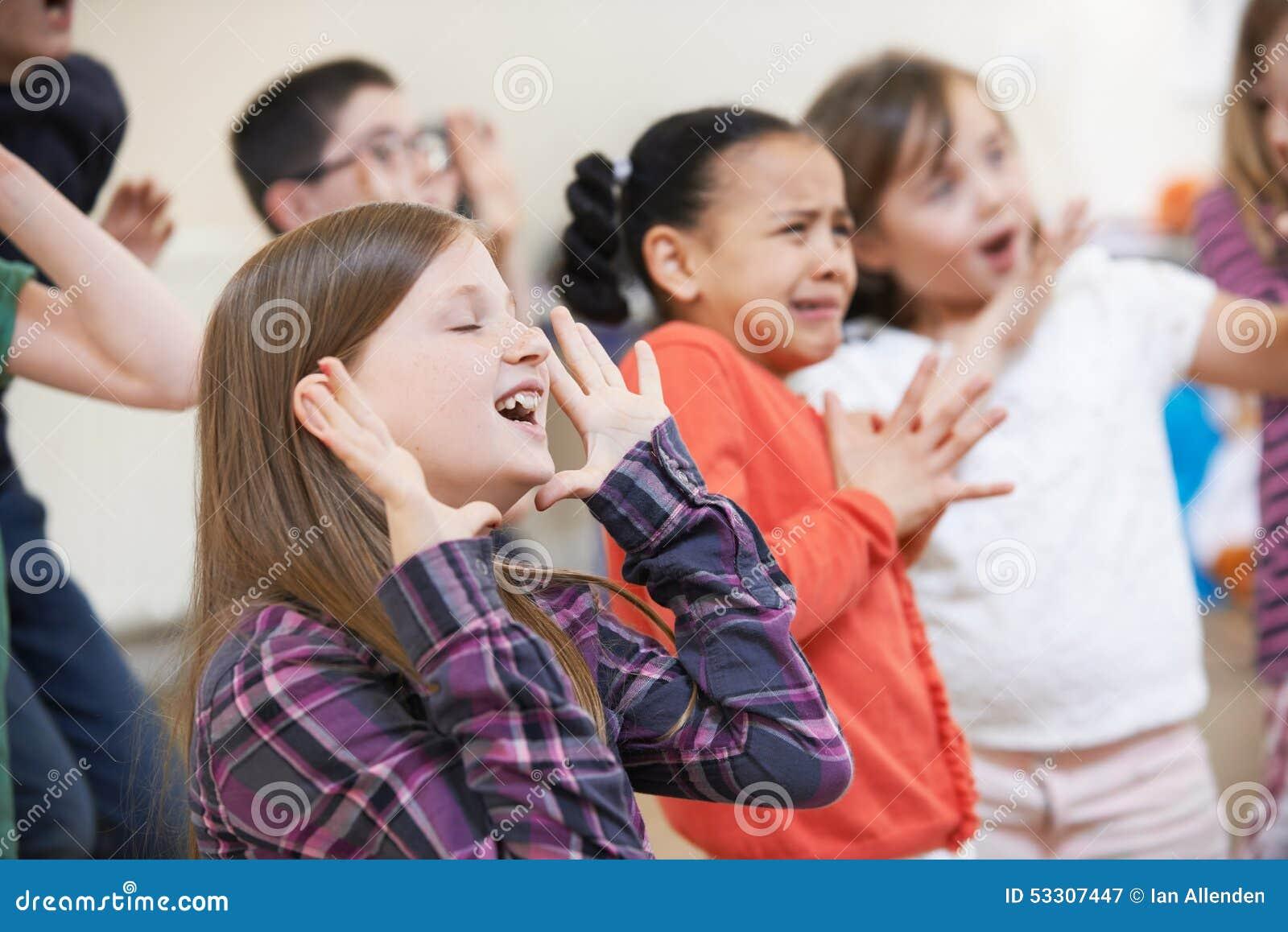 一起享受戏曲类的小组孩子