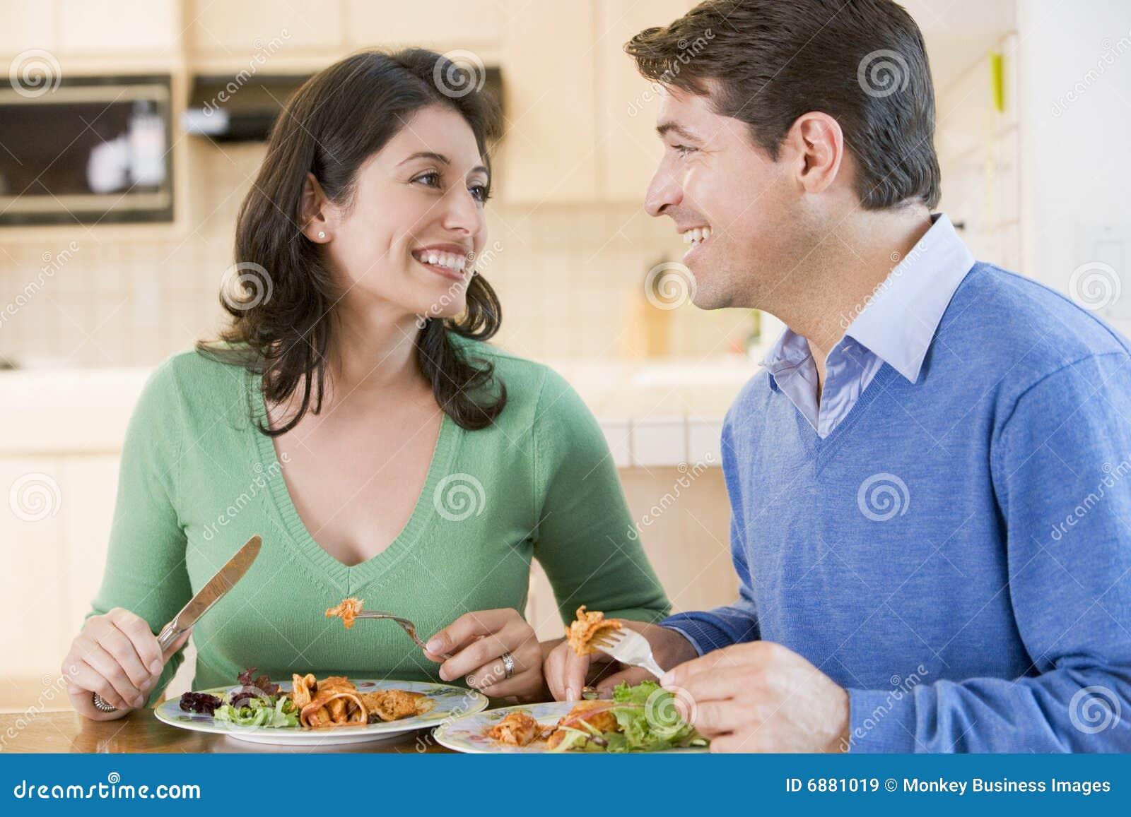 一起享受膳食进餐时间的夫妇