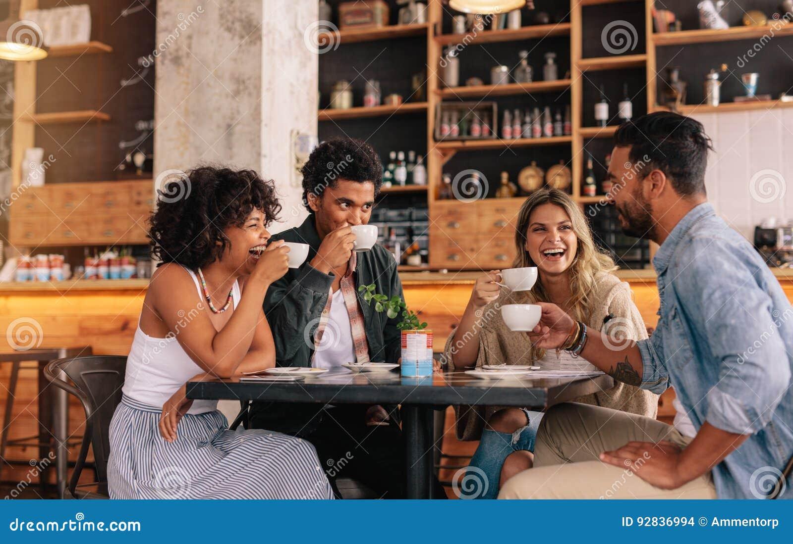 一起享用咖啡的不同的小组朋友
