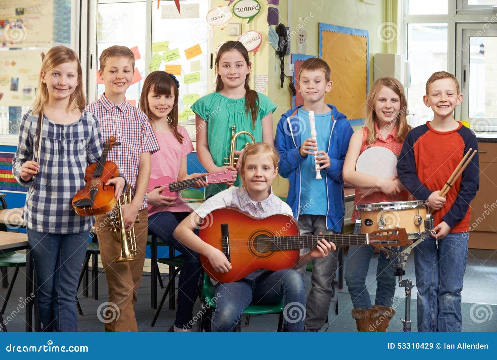 一起使用在学校乐队的学生