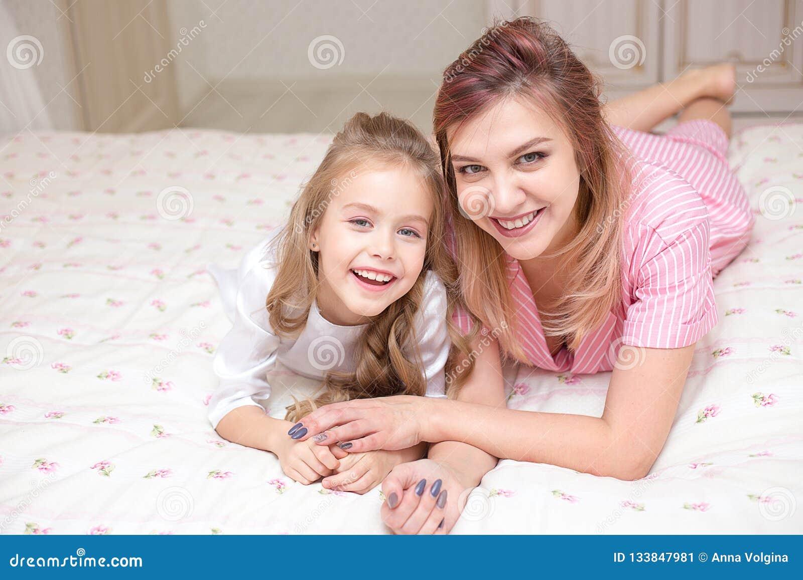 一起使用在床上的母亲和女儿