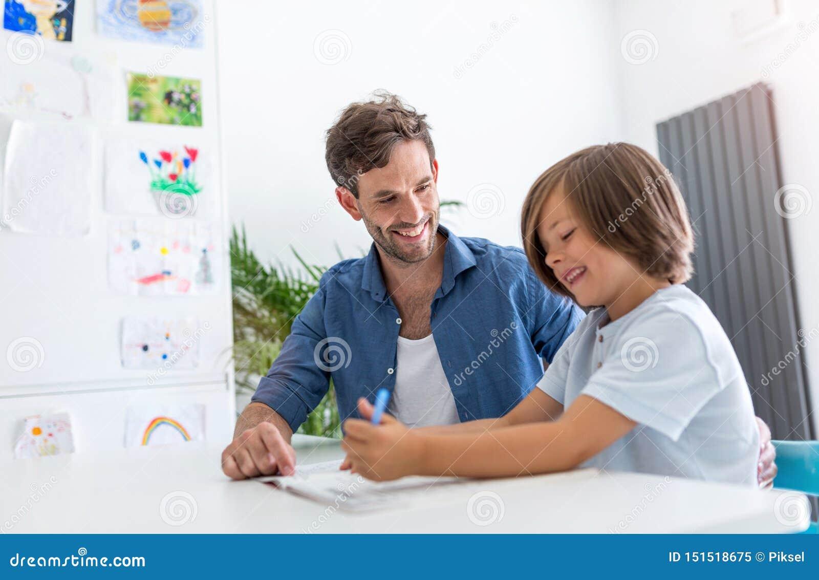 一起做家庭作业的父亲和儿子