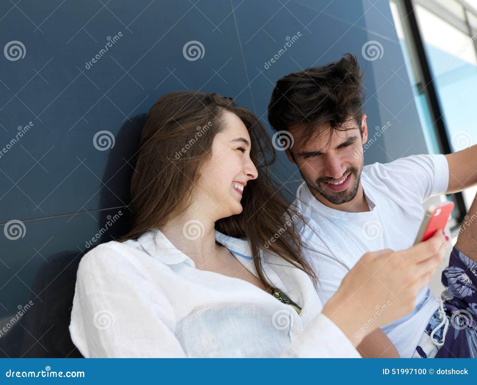 一起做selfie的年轻夫妇在家
