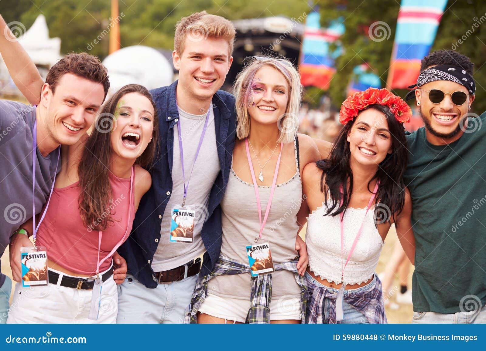一起停留在音乐节的小组朋友