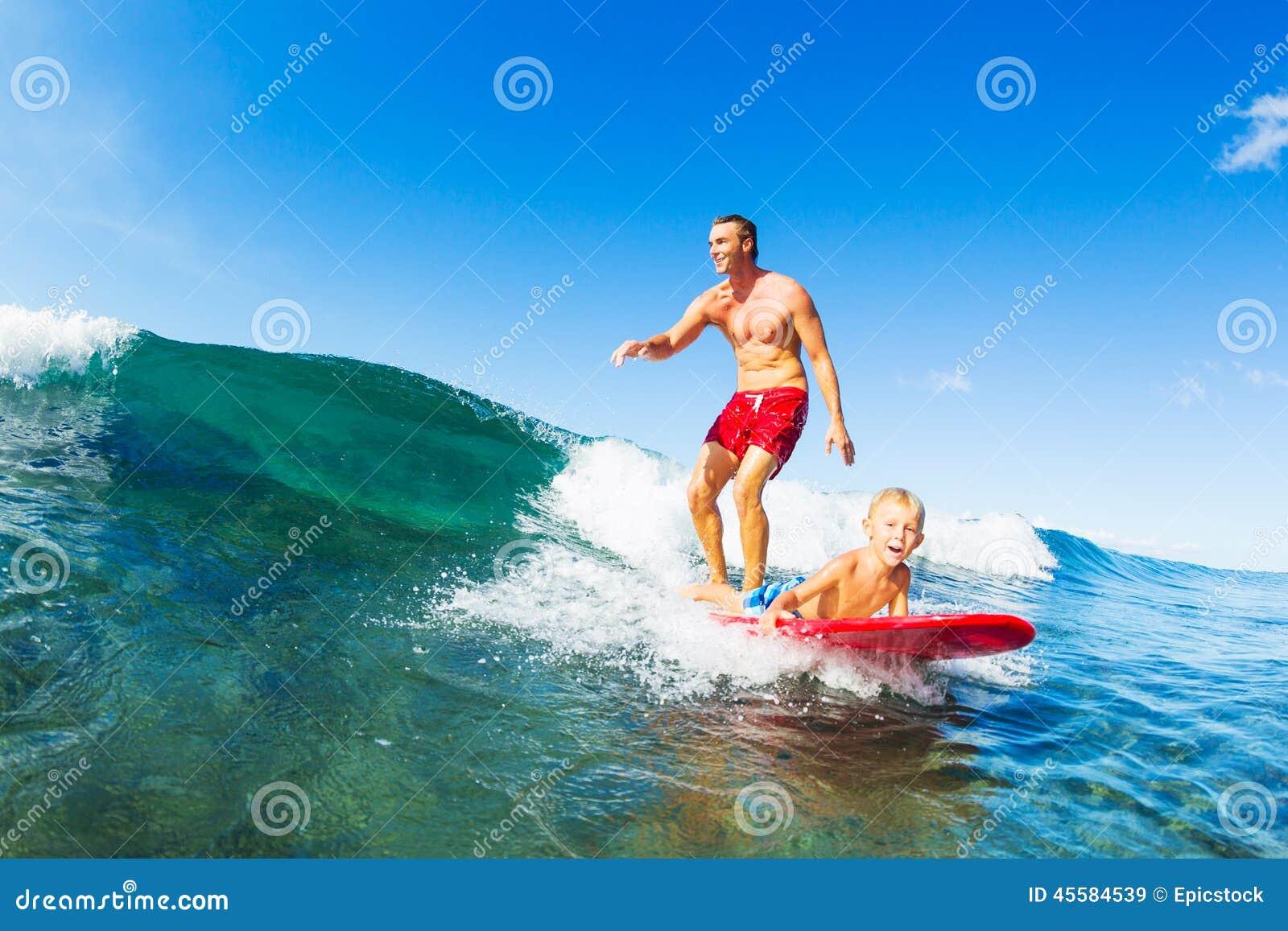 一起冲浪的父亲和的儿子,乘坐的波浪