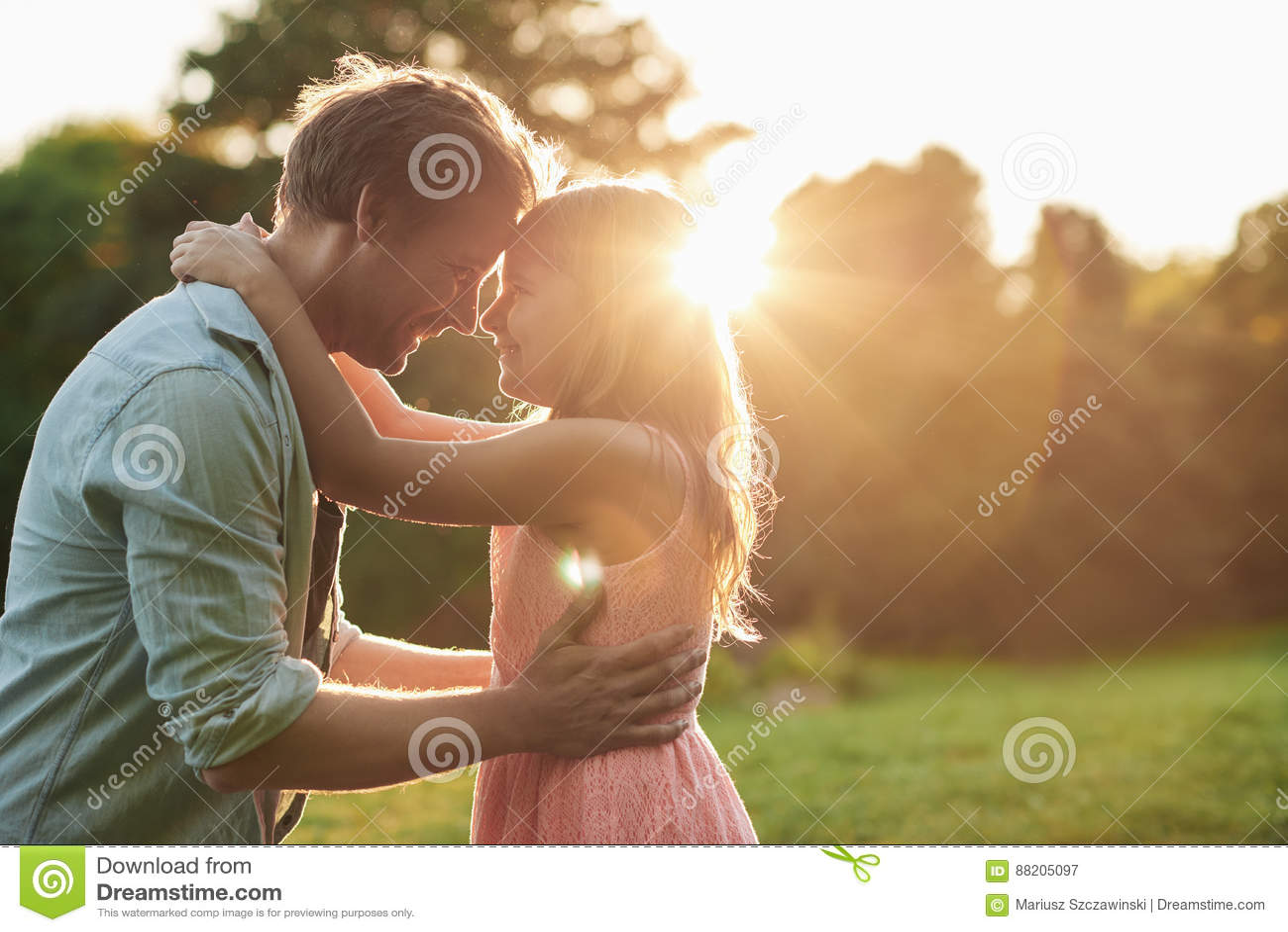 一起分享片刻的微笑的ittle女孩和她的父亲