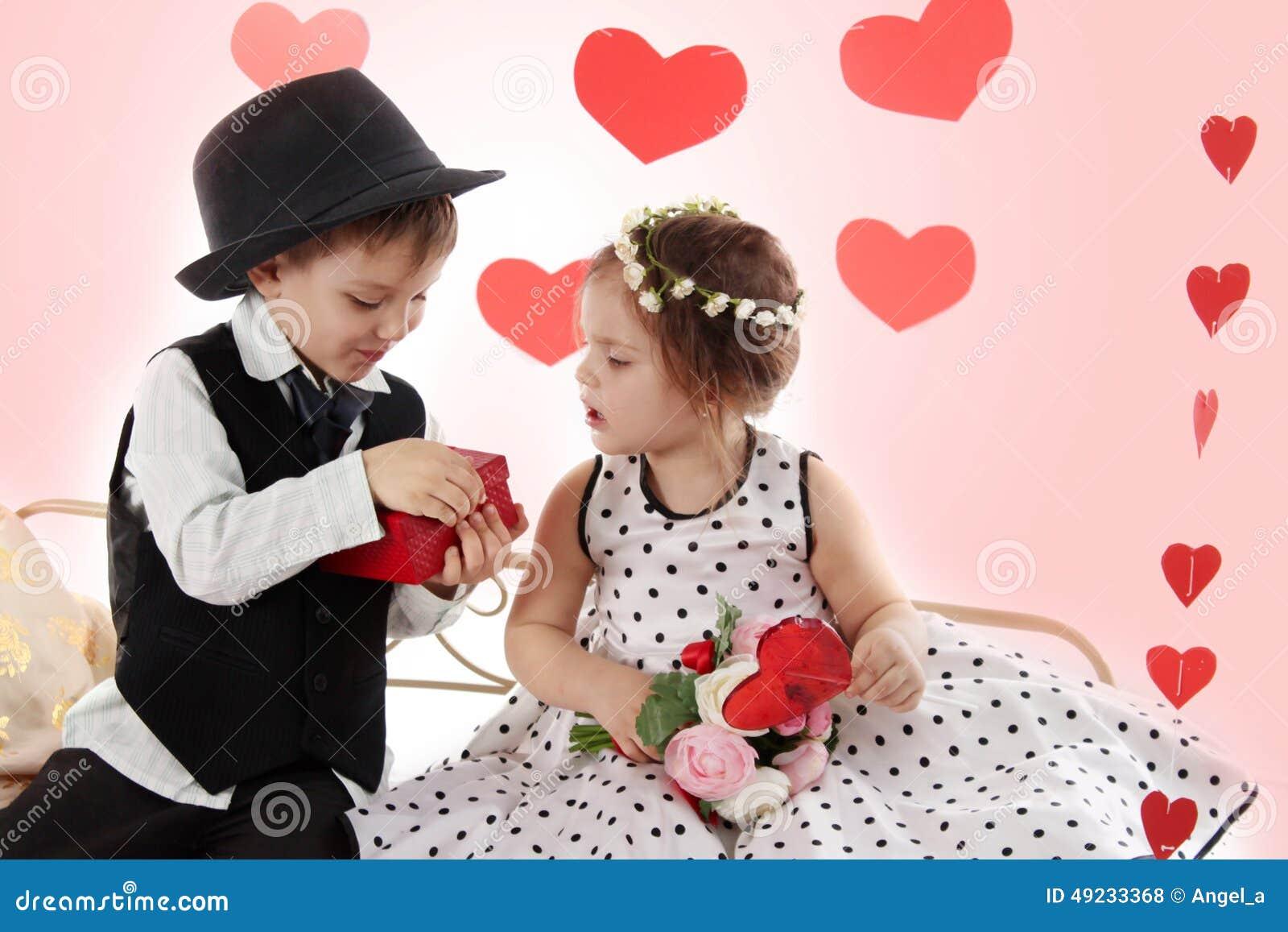一起坐象夫人和绅士的女孩和男孩给前