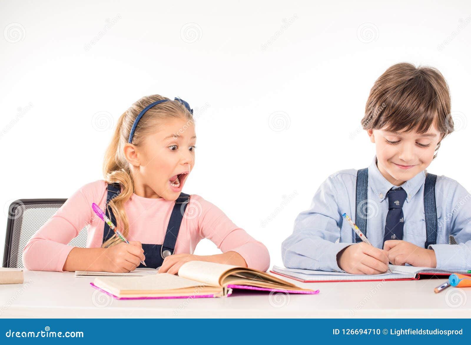 一起学习的同学坐在桌上和