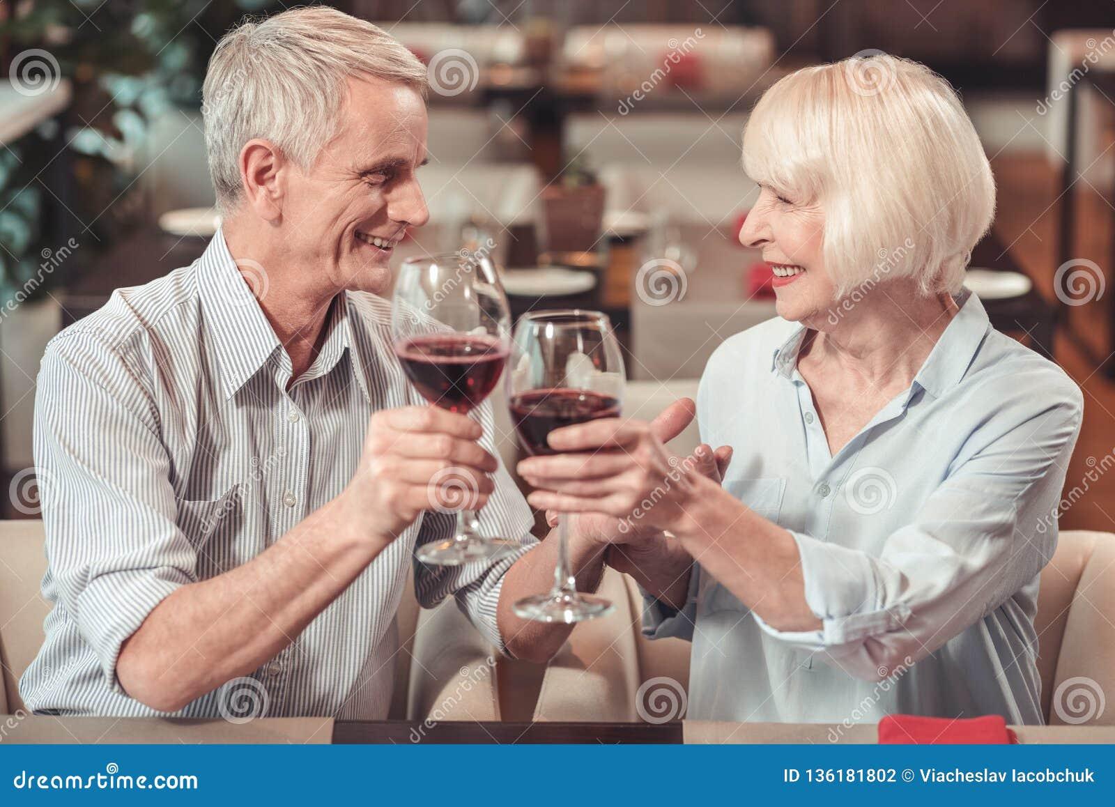 一起庆祝周年的老夫妇在咖啡馆