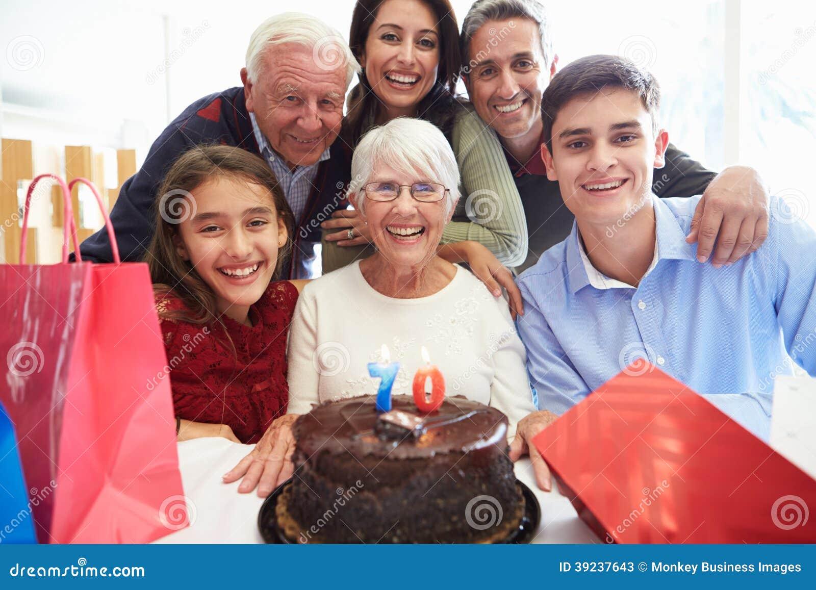 一起庆祝第70个生日的家庭