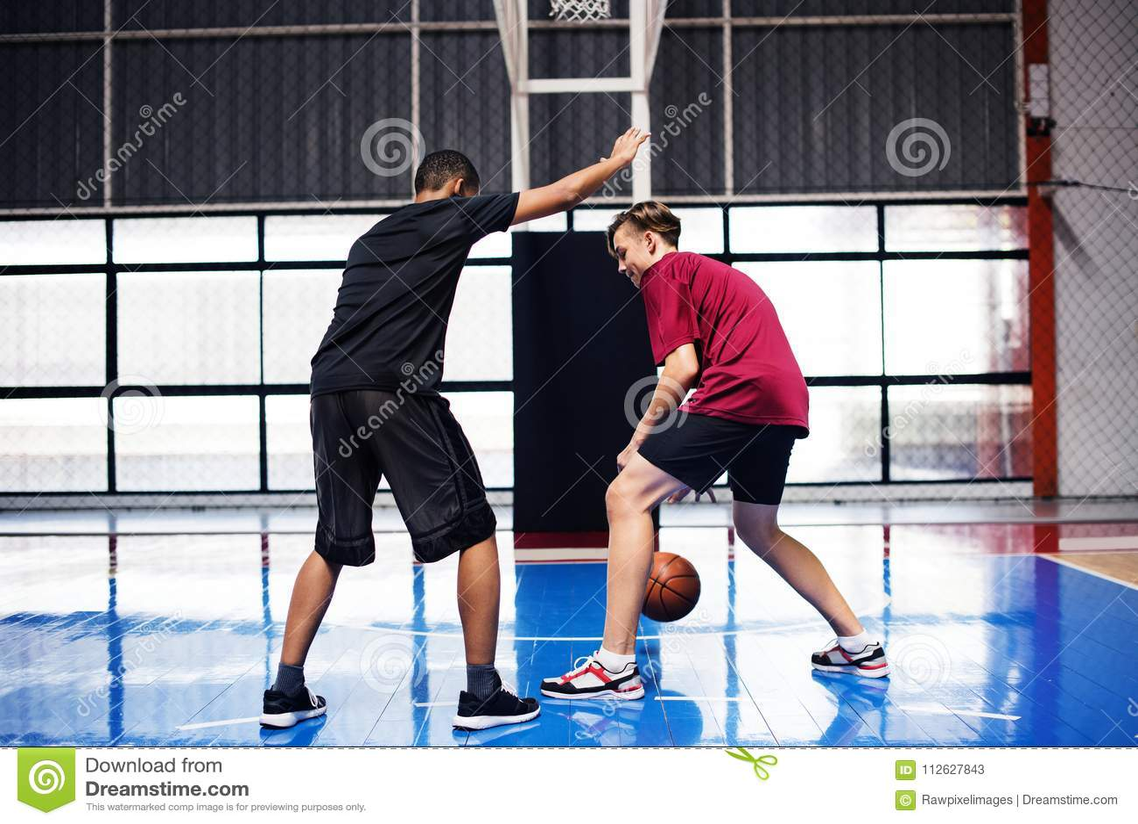 一起打篮球的两个十几岁的男孩在法院