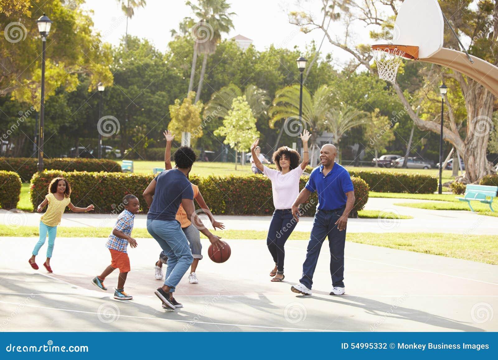 一起打篮球的多一代家庭