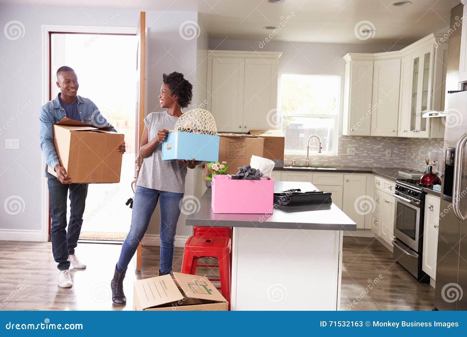 一起搬到新的家的年轻夫妇