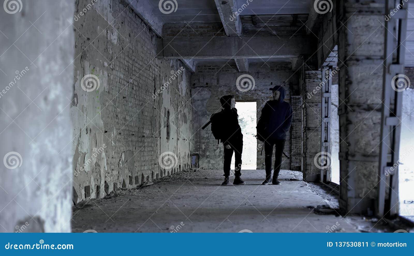 一起漫步在废墟,共同利益,友谊中的少年朋友