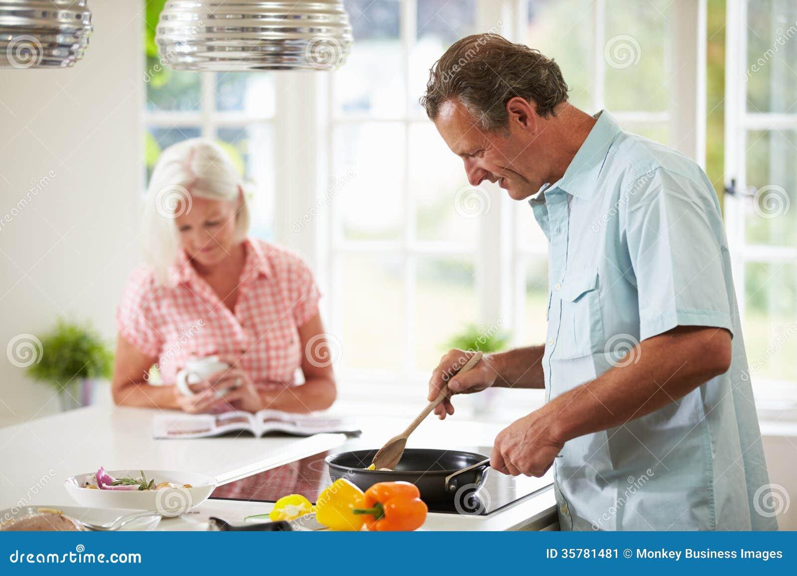 一起烹调膳食的中世纪夫妇在厨房里