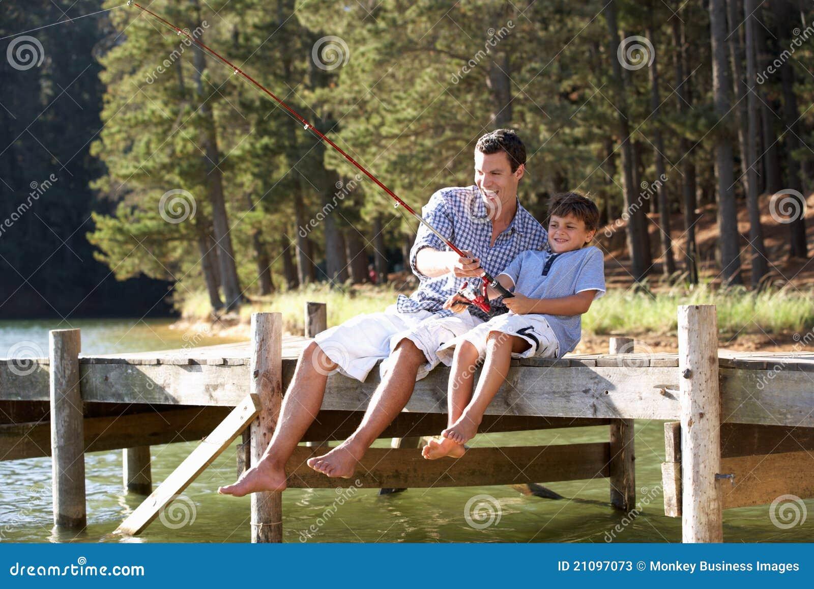 一起父亲和儿子捕鱼