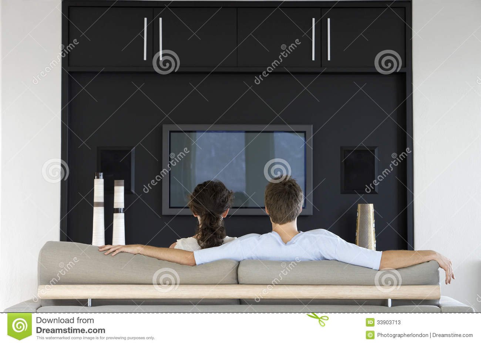 一起看电视的夫妇在客厅