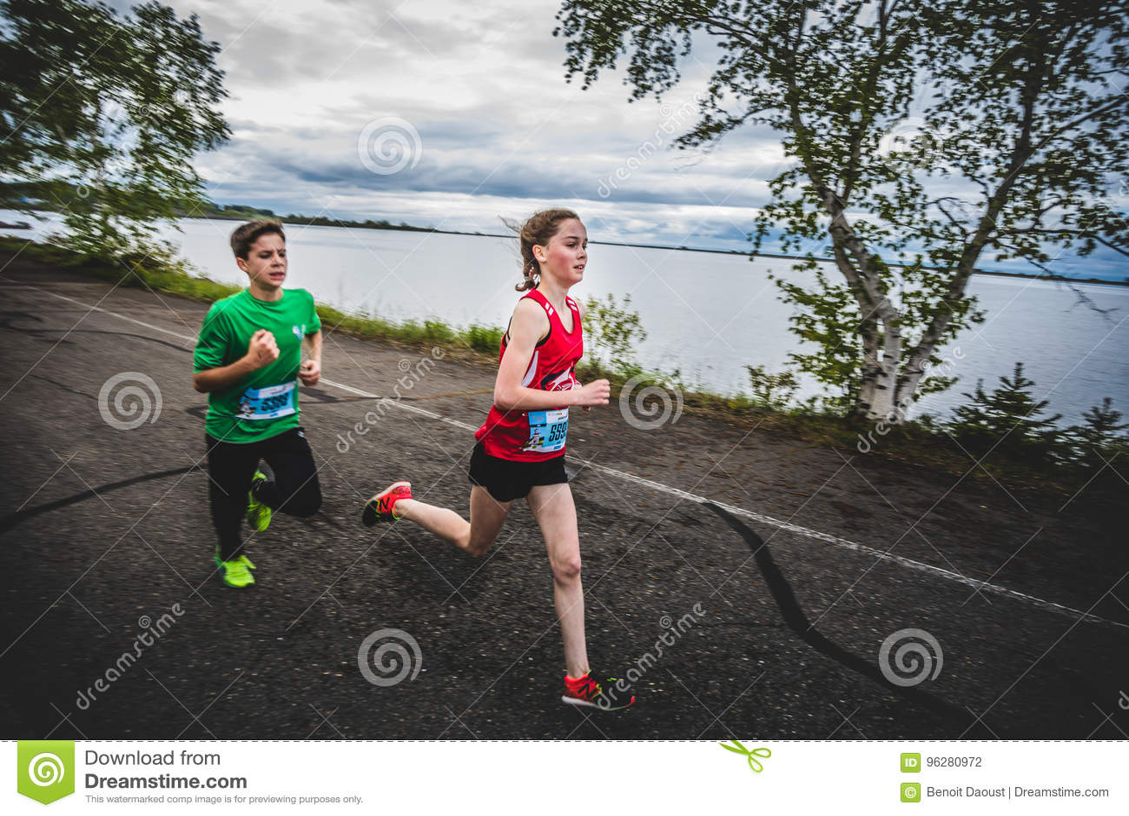 一起赛跑小组年轻赛跑者和的孩子