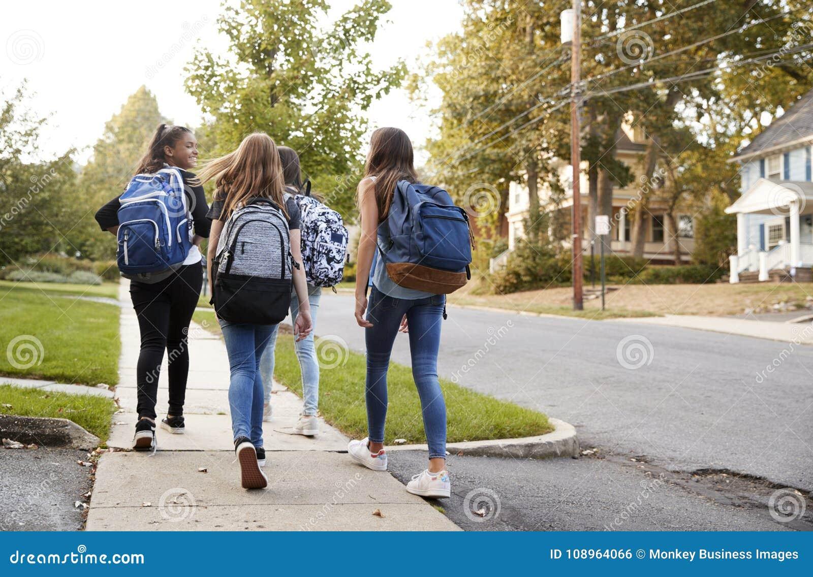 一起走到学校的四个青少年女孩,后面看法