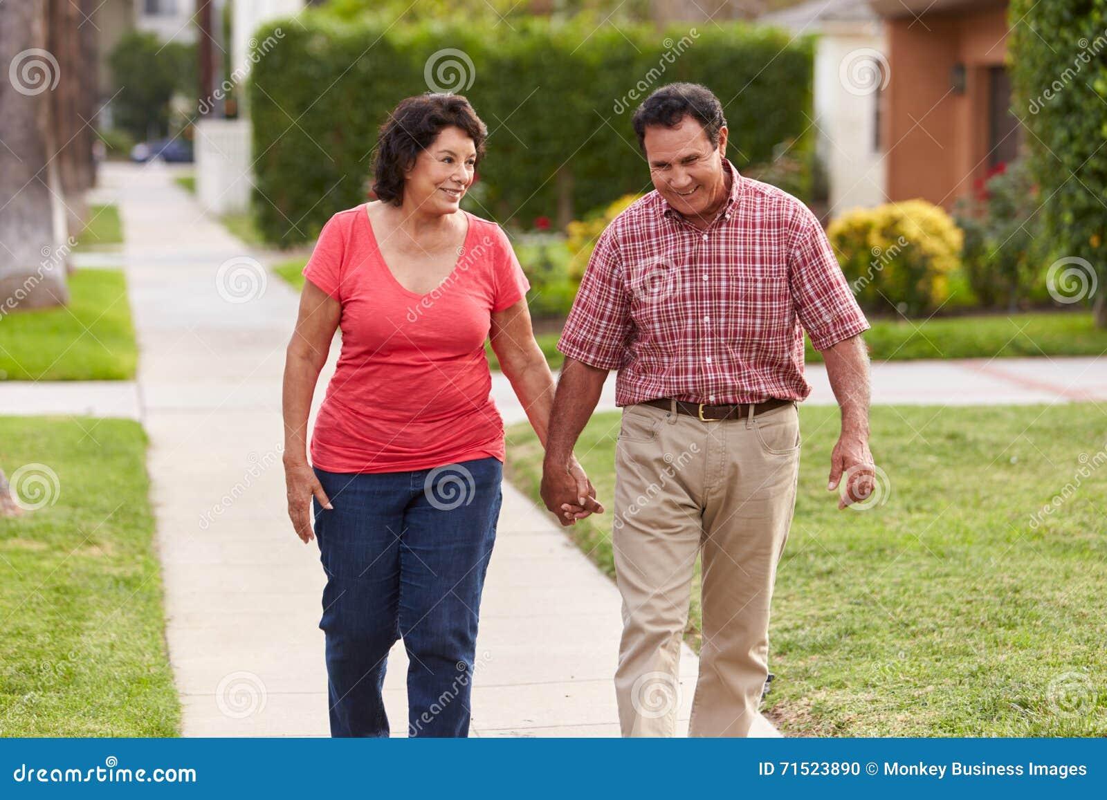 一起走沿边路的资深西班牙夫妇