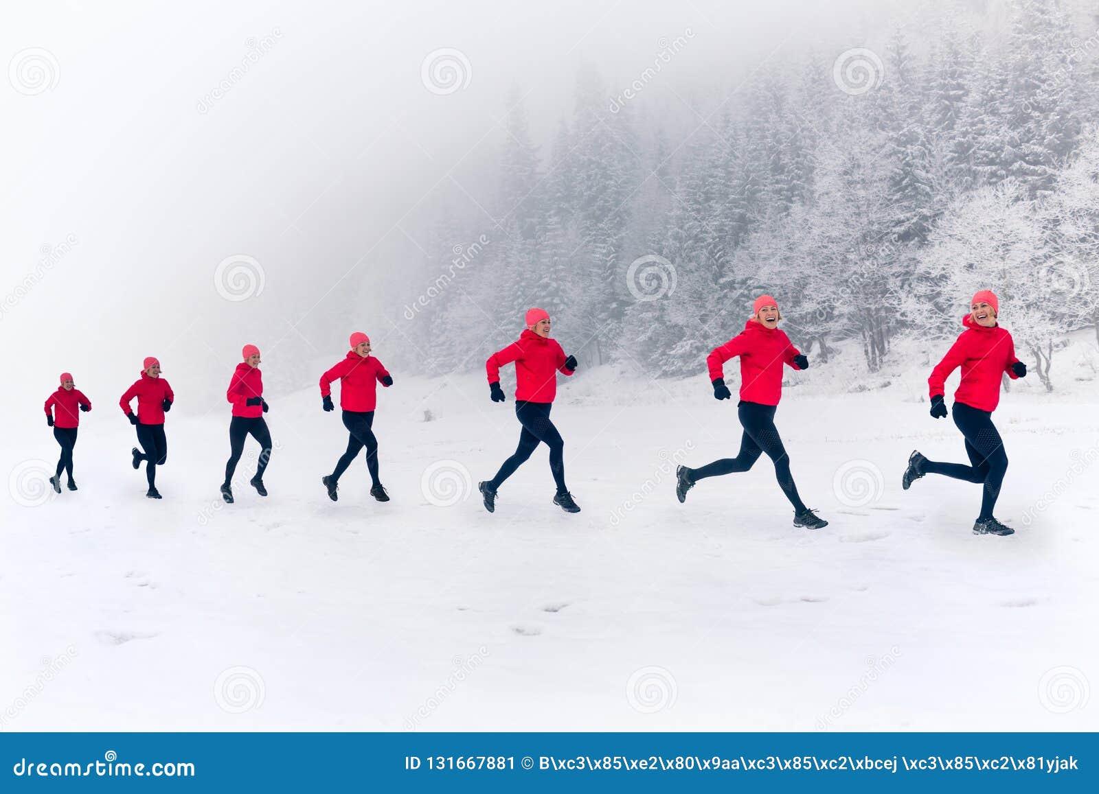 一起跑在冬天山的雪的女孩 体育、健身启发和刺激