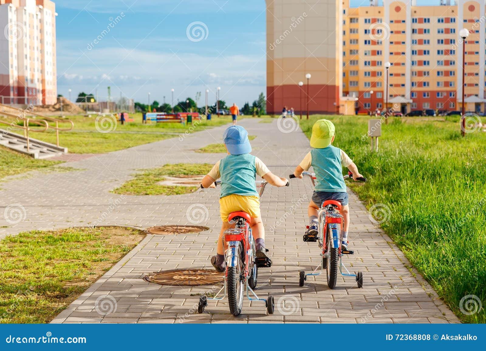 一起骑自行车的两双胞胎