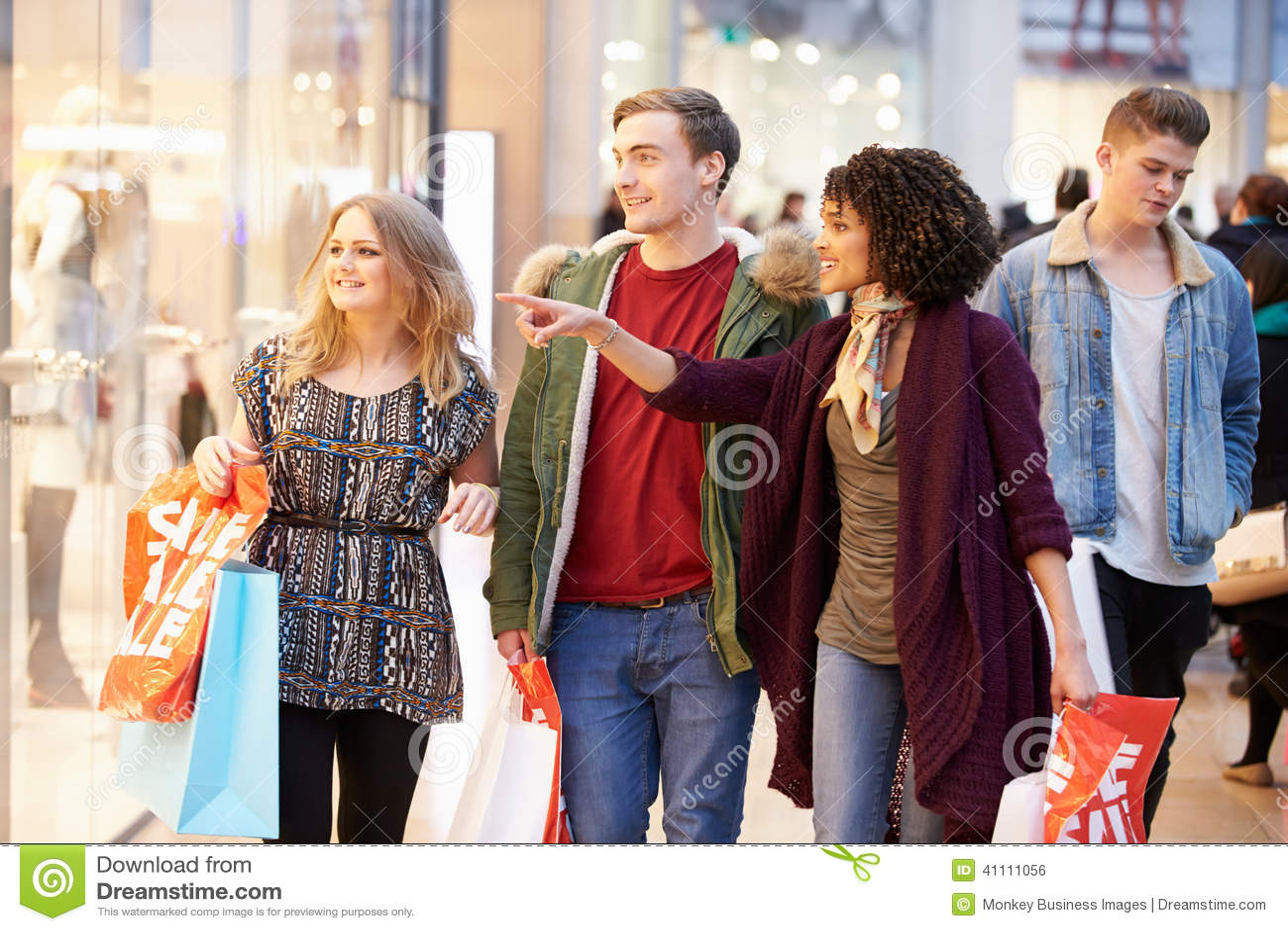 一起购物在购物中心的小组年轻朋友