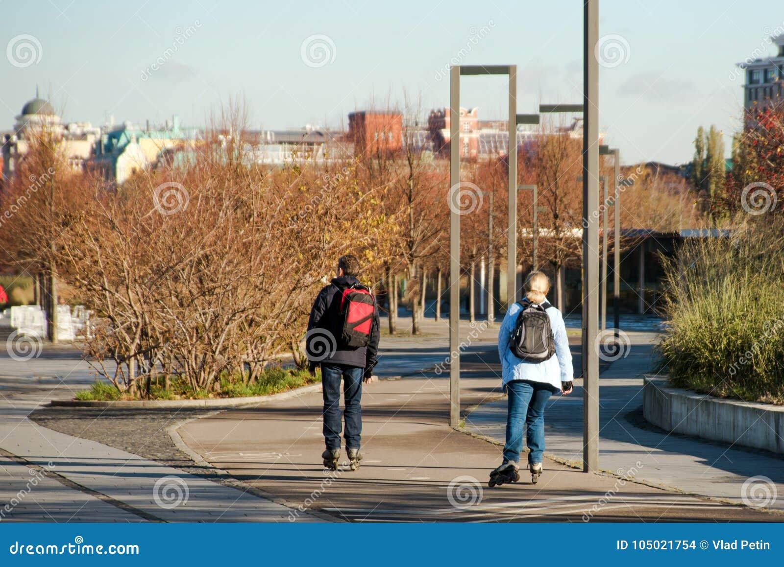 一起rollerblading在散步的妇女和人