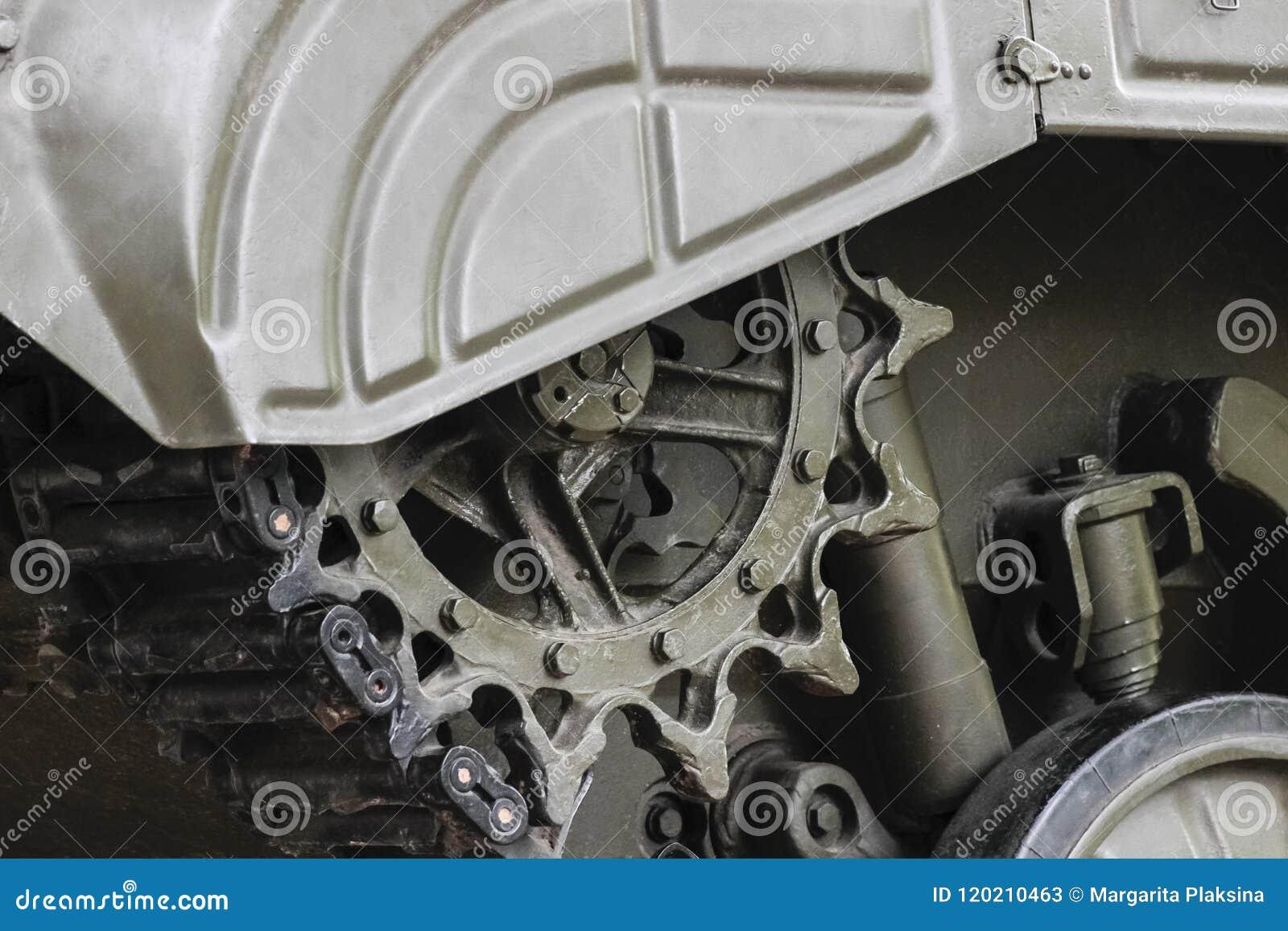 一辆军事坦克的引导的轮子