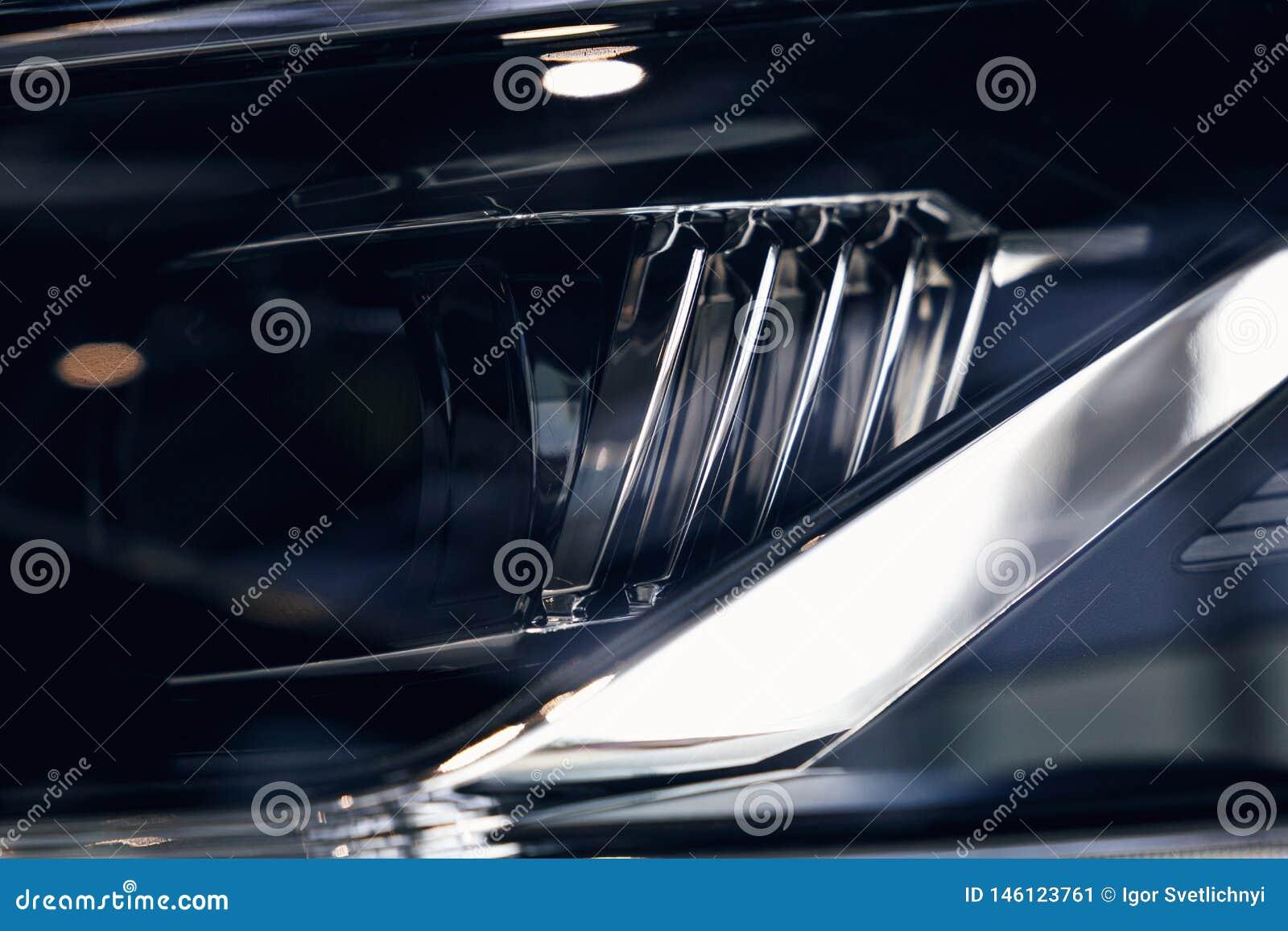 一辆现代汽车的特写镜头车灯 r