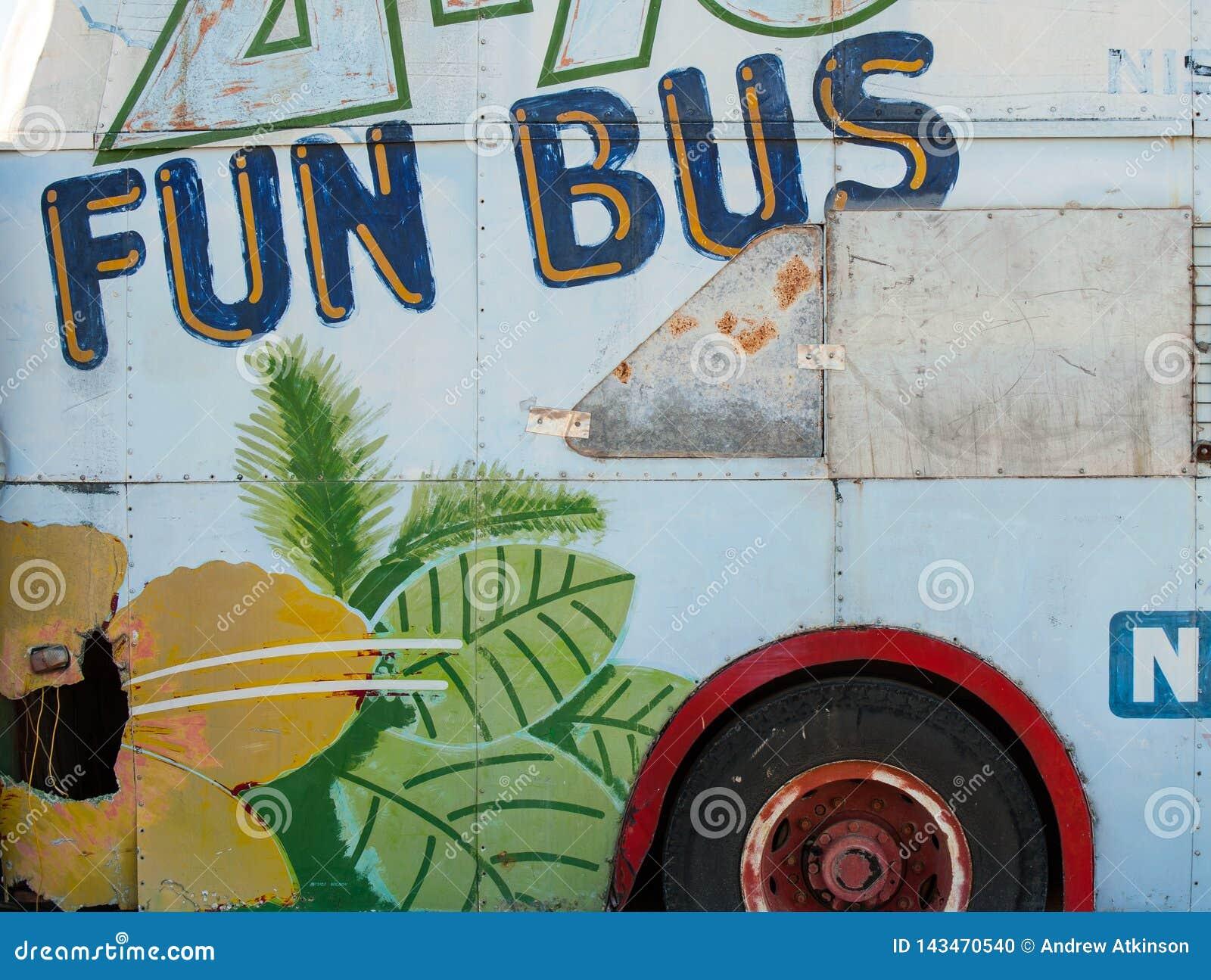 一辆生锈的老公共汽车的边绘了