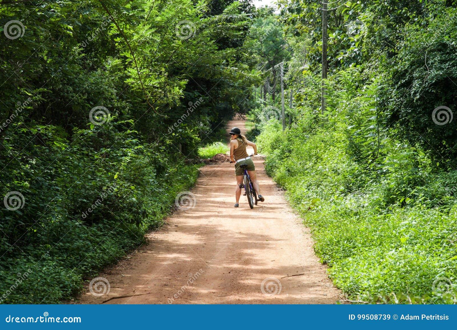 一辆自行车的女孩在斯里兰卡