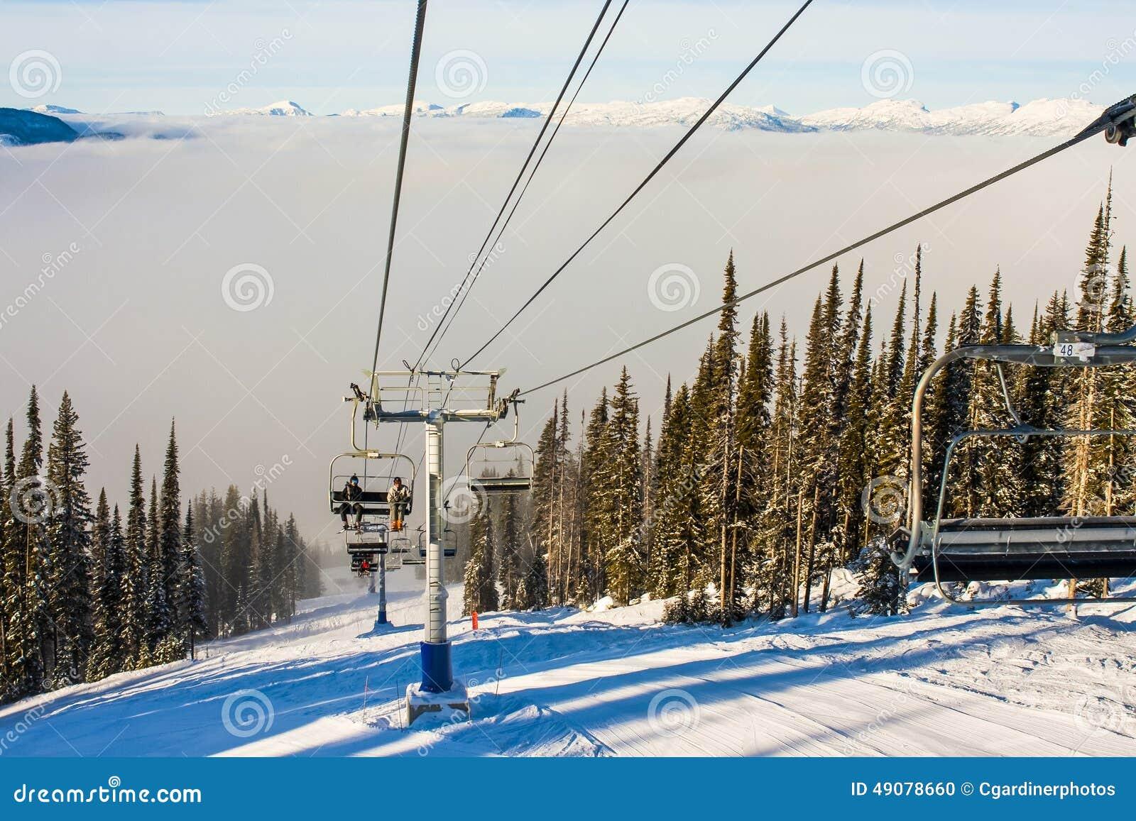 一辆滑雪胜地驾空滑车在冬天