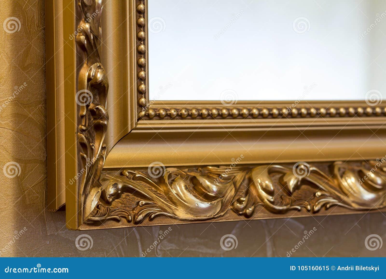 一部分的华丽,金黄颜色雕刻了在古老的镜子框架