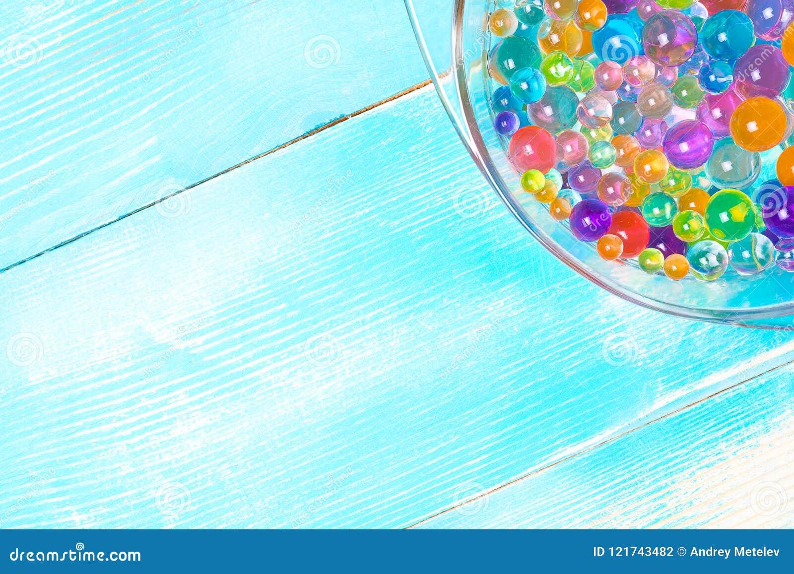 一部分的有多彩多姿的水凝胶球的板材在木