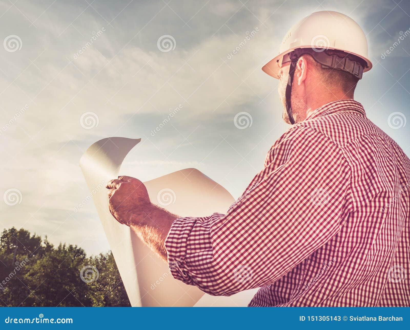 一顶白色安全帽的英俊的工程师