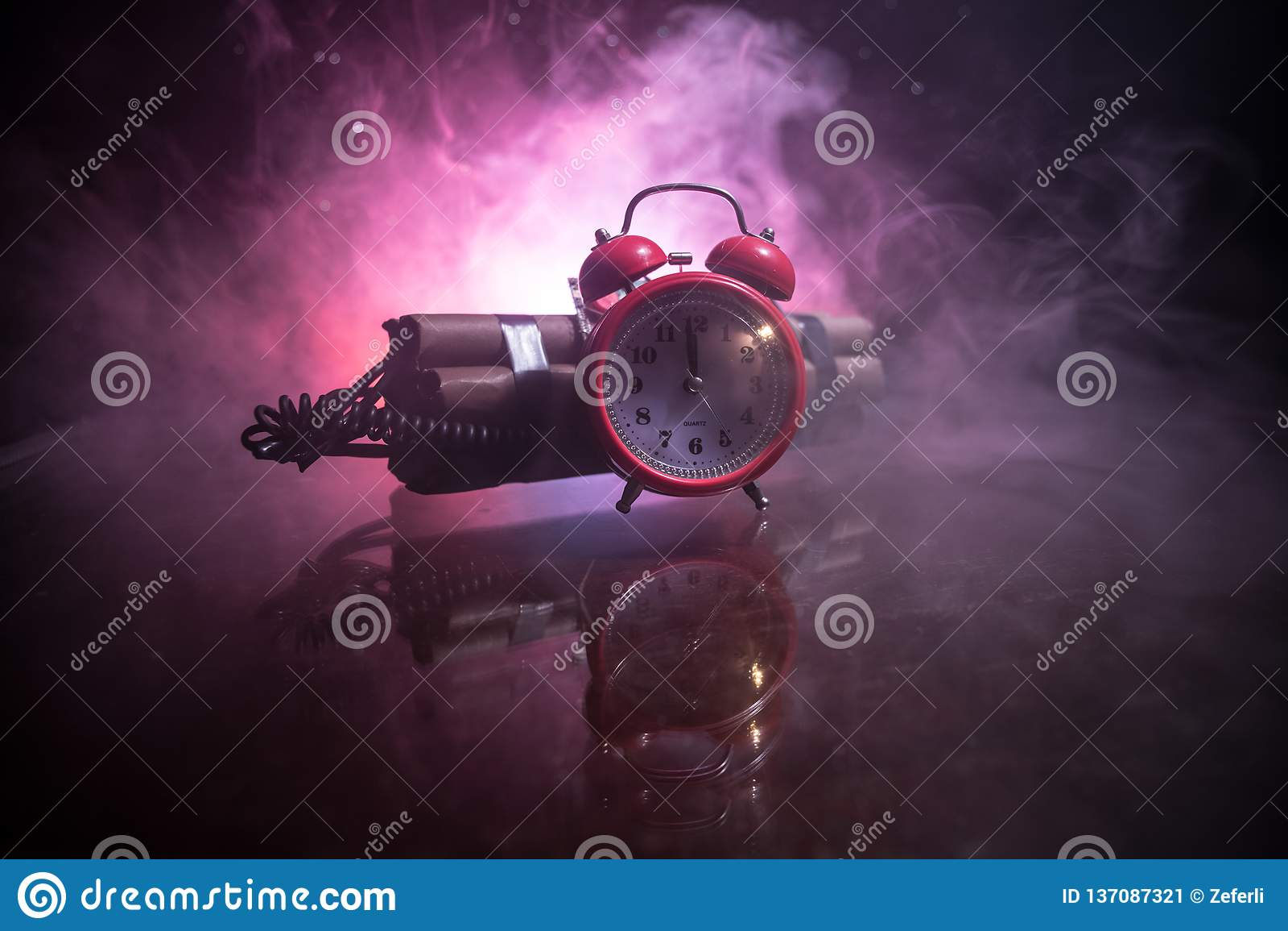 一颗定时炸弹的图象反对黑暗的背景的 计数下来对爆炸的定时器阐明在发光通过的轴光