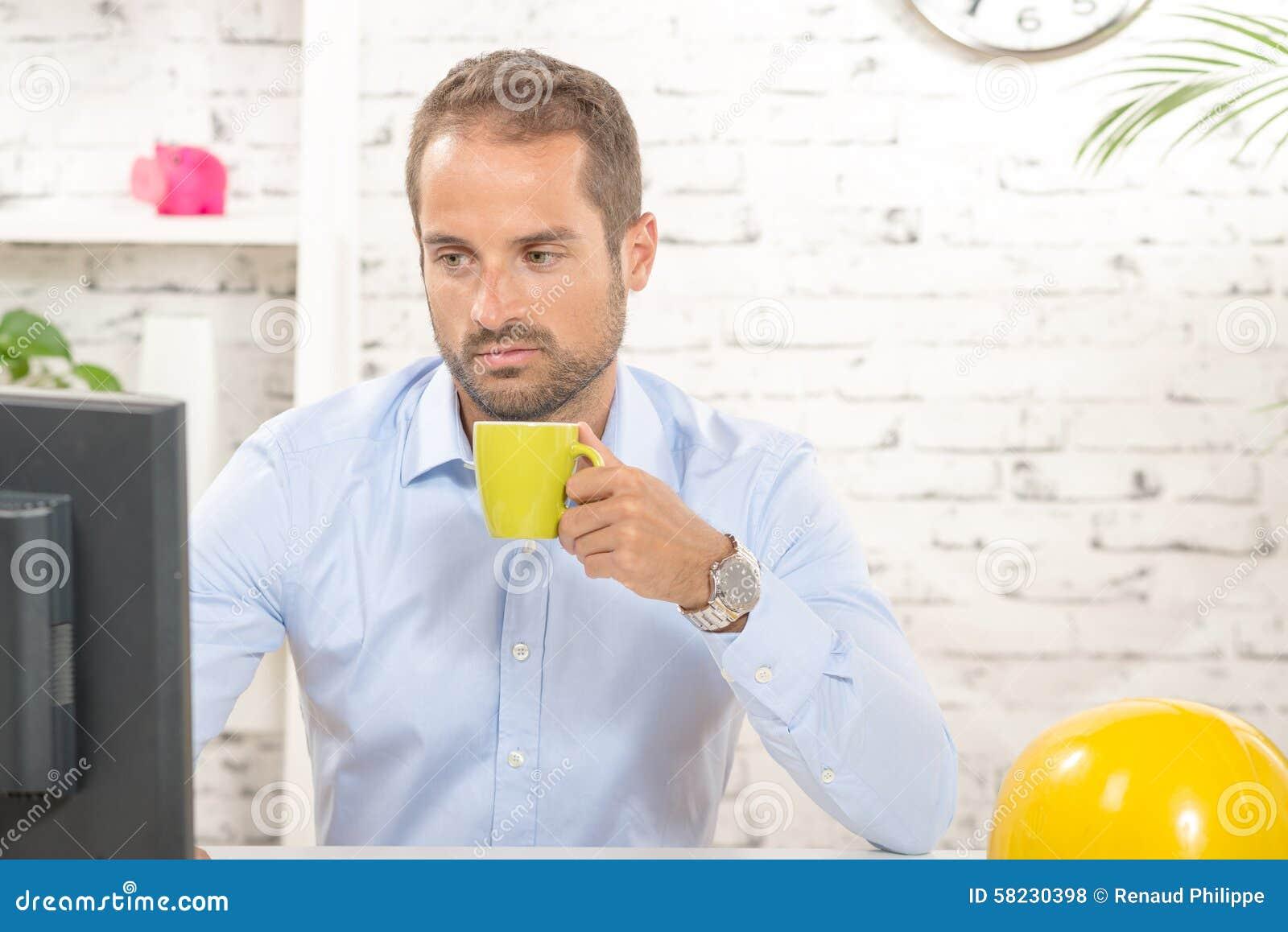 一份年轻工程师饮用的咖啡