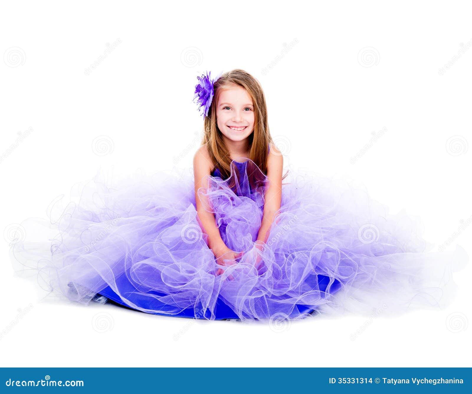 一件美丽的紫色礼服的小女孩
