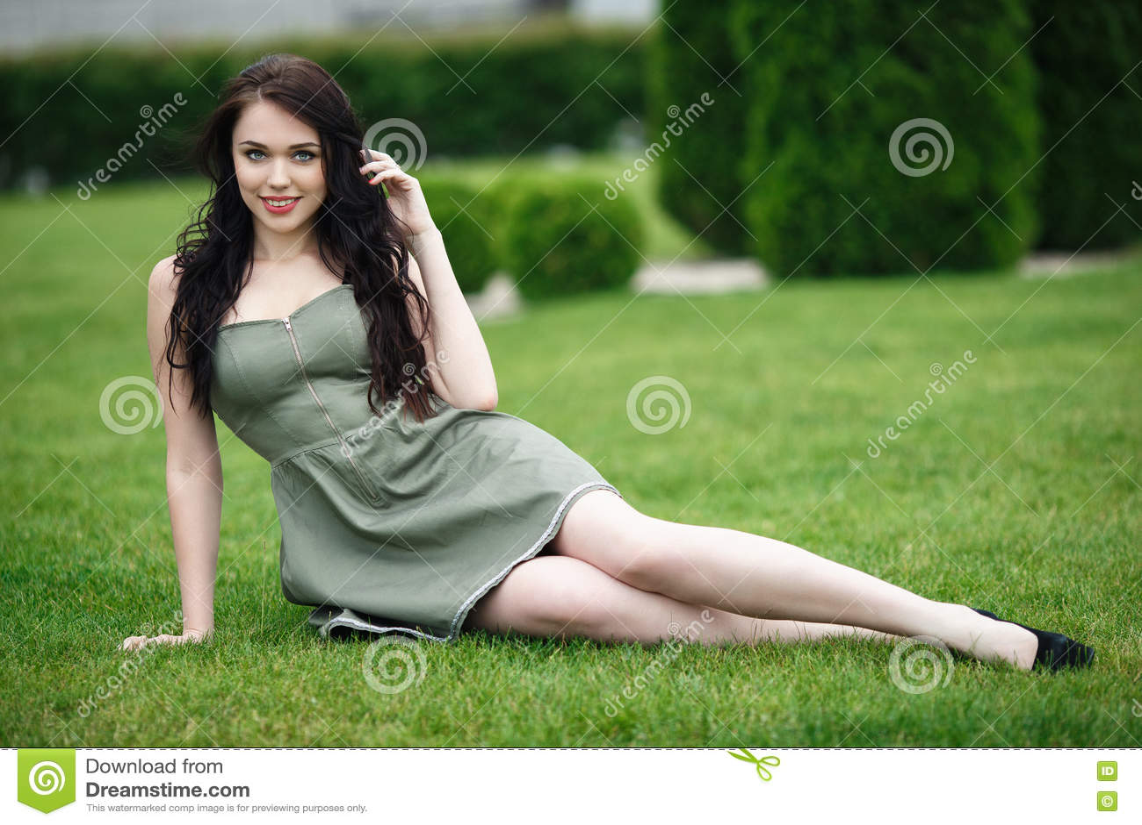 一件逗人喜爱的礼服的美丽的妇女在自然