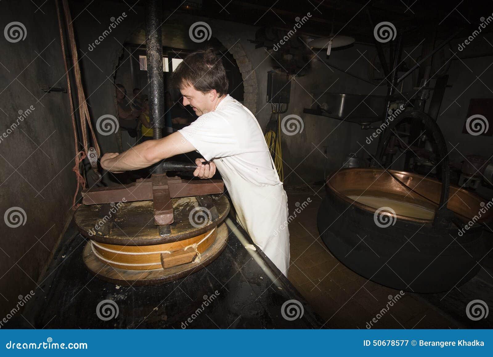 Download 一cheesemonger在一个古老牛奶店, Franche-Comté,法国 图库摄影片 - 图片 包括有 乡下, 牛奶: 50678577