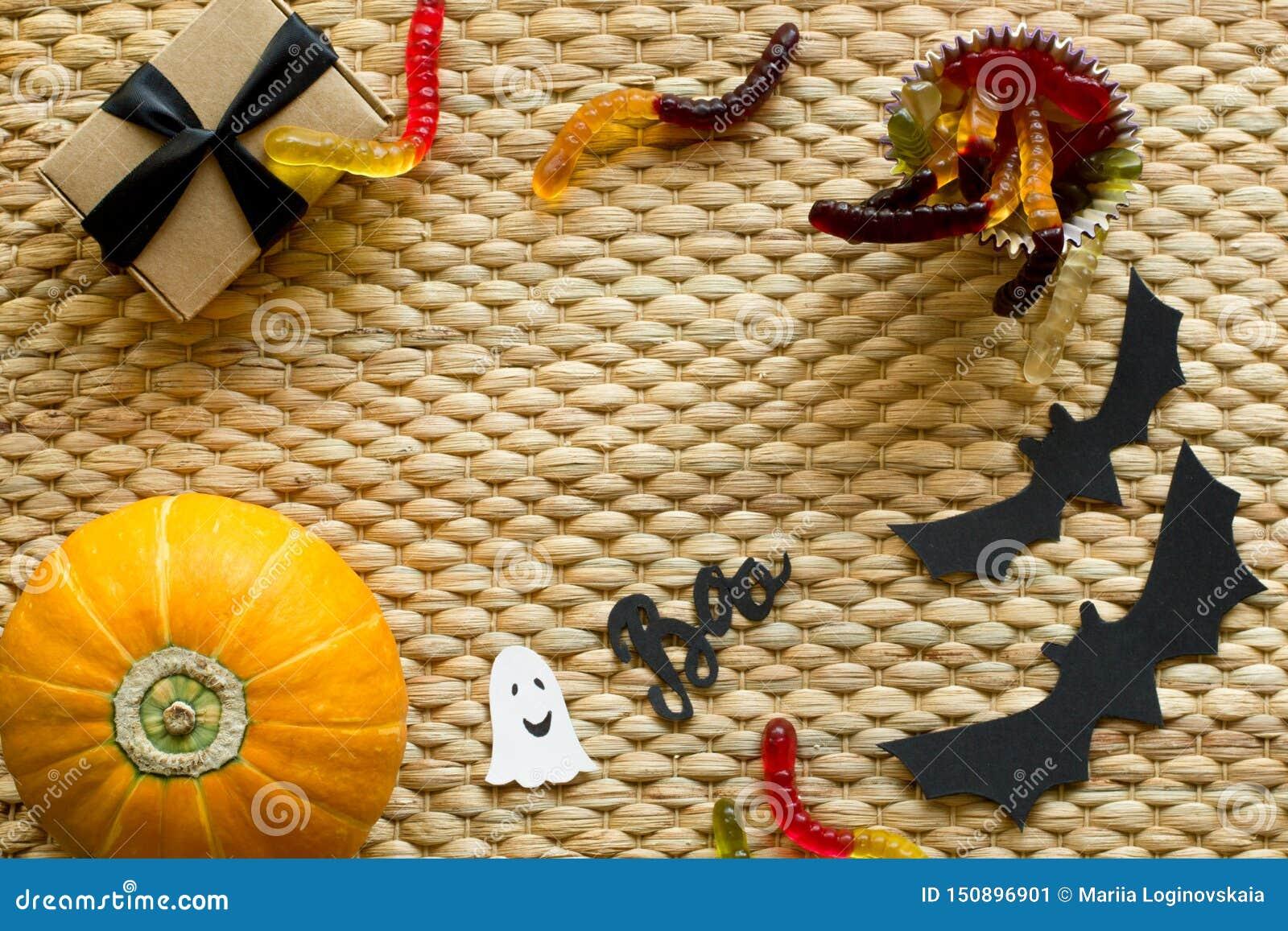 万圣节假日背景用南瓜,蠕虫糖果,鬼魂,棒,礼物盒