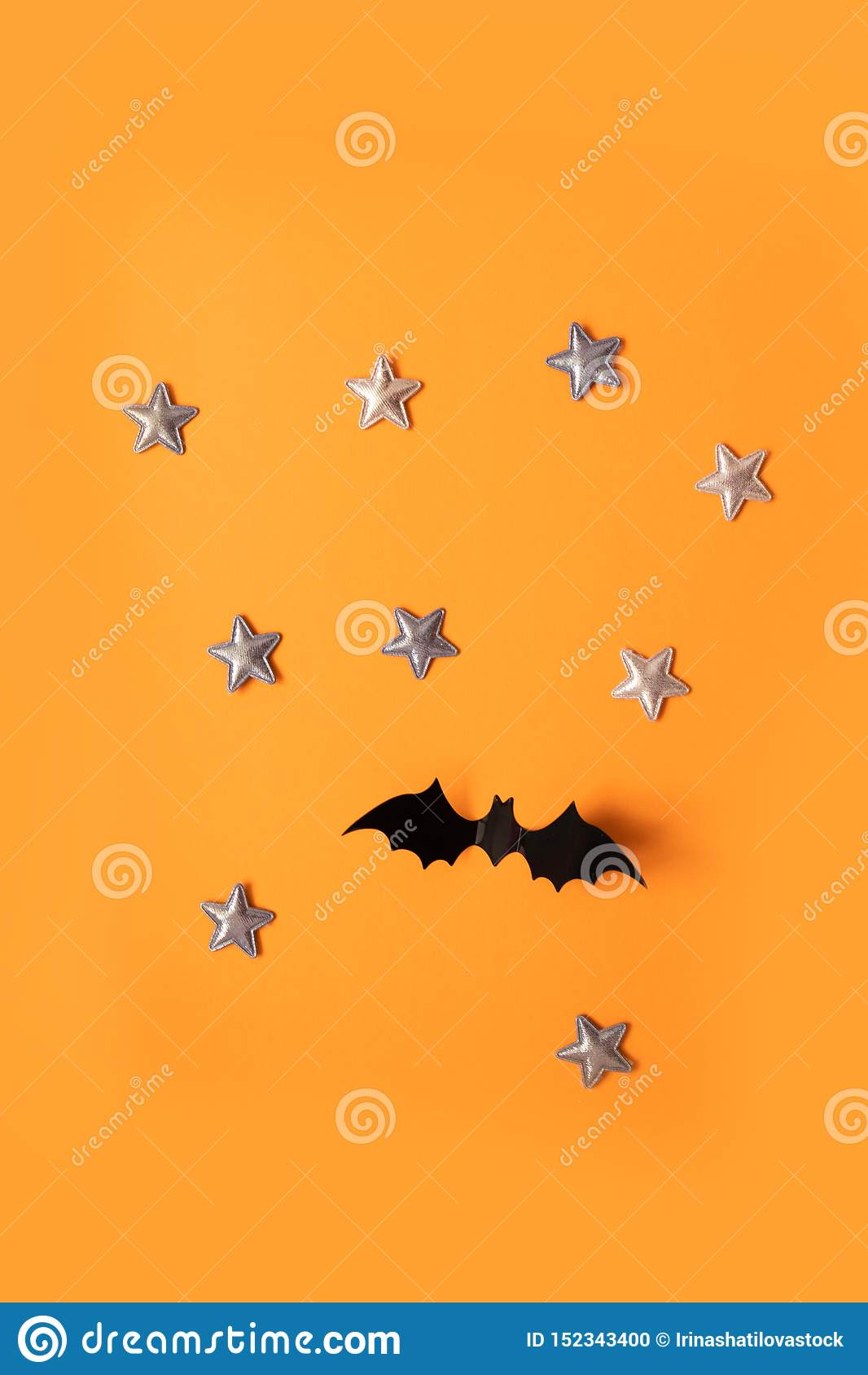 万圣节黑纸棒飞行和在橙色背景,顶视图的金星的假日概念