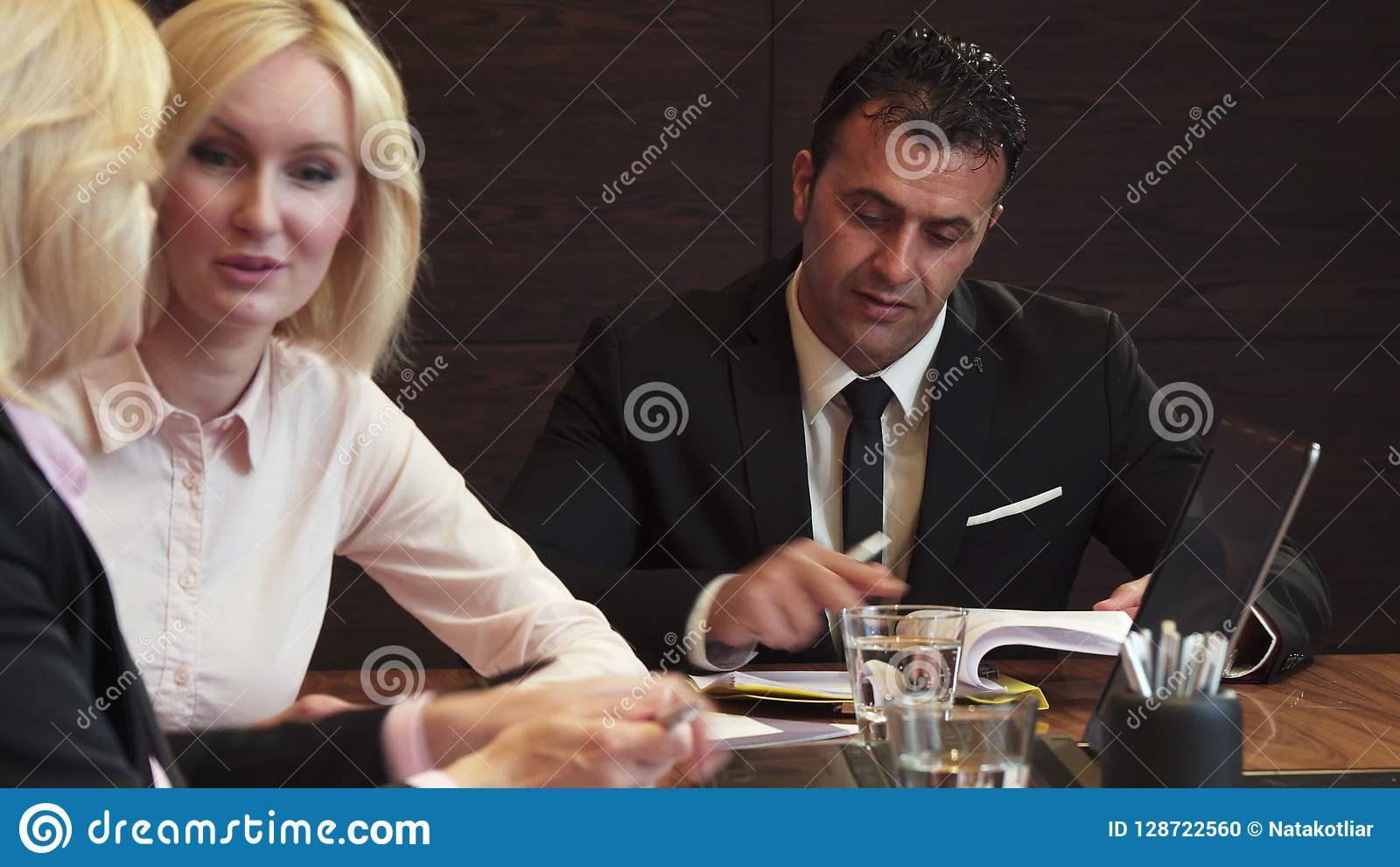 三个伙伴在业务会议的办公室见面了